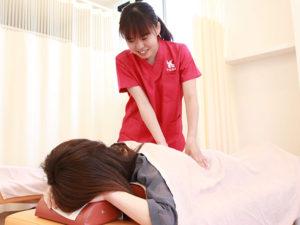骨盤を施術する女性